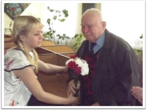 Учениці ліцею Гаряніна А. та Воронівська К. вітають запрошеного ветерана
